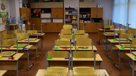 Учителей оштрафовали за обучение детей на полу