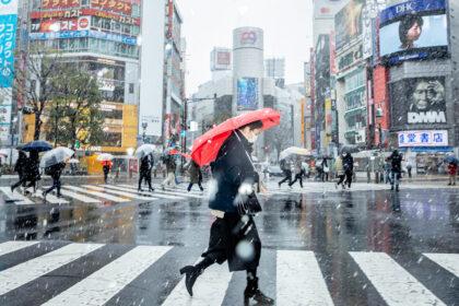 Япония сообщила об отмене ранее введенного режима ЧС из-за ковид-19