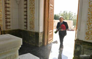 Шавкат Мирзиёев возложил цветы к памятнику Ислама Каримова