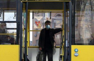 Эксперт объяснил, как не заразиться COVID-19 в общественном транспорте