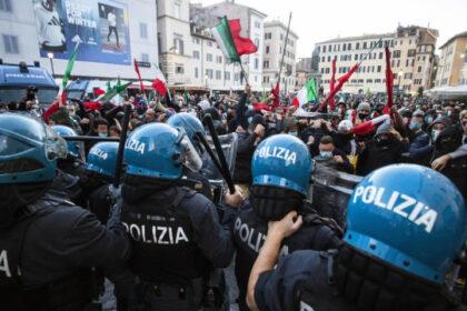 Десятки тысяч жителей Италии, Франции и Швейцарии протестует против