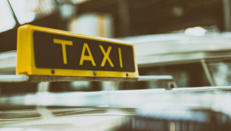 В Ташкенте пассажирка такси ударила водителя ножом в шею
