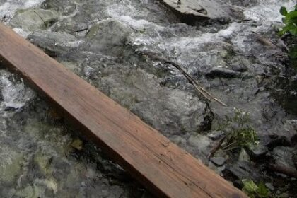 Фото: Мужчина проложил две доски через реку и брал деньги за прход по импровизированному мосту