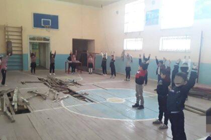 В школе Шахрисабзе прогнил пол: ученики занимаются в аварийном спортзале